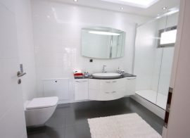 Sticking Tiles to your Bathroom Walls